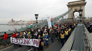 «Αρκετά πια»: Οι Ούγγροι διαδηλώνουν κατά του Όρμπαν και του «νόμου των σκλάβων»