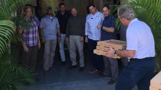 Ο Τζορτζ Μπους πρόσφερε πίτσες στους απλήρωτους άνδρες της ασφάλειάς του