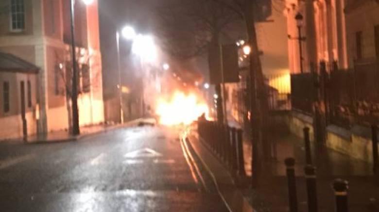 Συναγερμός στη Βόρεια Ιρλανδία για έκρηξη παγιδευμένου οχήματος