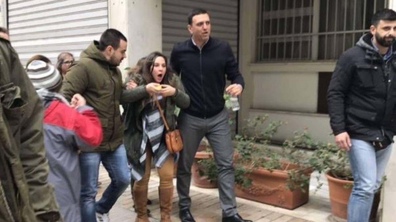 Συλλαλητήριο για τη Μακεδονία: Ο Κικίλιας βοηθά διαδηλώτρια που δέχθηκε δακρυγόνα