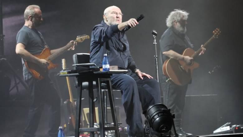 Ο Φιλ Κόλινς αποθεώνεται από το κοινό: Ακινητοποιημένος σε ειδικό κάθισμα, αλλά ακόμα ζωντανός