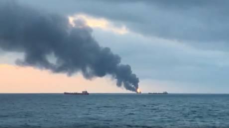 Συναγερμός στην Κριμαία: Στις φλόγες δύο πλοία στο σταθμό του Κερτς