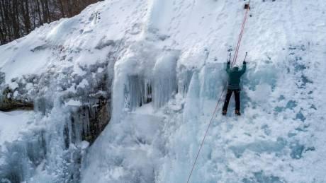 Μοναδικές εικόνες που κόβουν την ανάσα: Αναρρίχηση στον πάγο του Λαϊλιά Σερρών