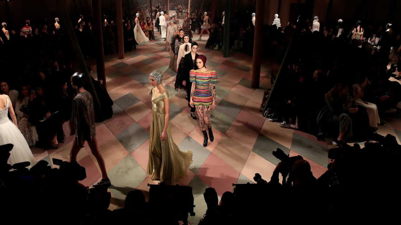 Dior: Η συλλογή Άνοιξη/Καλοκαίρι 2019 με φεμινιστικά μηνύματα στο Παρίσι