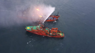 Δεκάδες οι νεκροί από την πυρκαγιά σε δύο πλοία ανοιχτά της Κριμαίας (pics&vids)