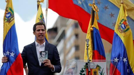 Στην κόψη του ξυραφιού η Βενεζουέλα: Ο Γκουάιδο αυτοανακηρύχθηκε πρόεδρος με στήριξη των ΗΠΑ