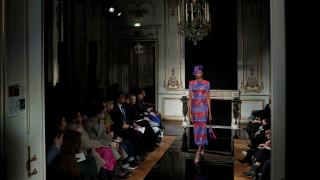 Armani: Γκλίτερ και κλασική κομψότητα στην εβδομάδα Μόδας του Παρισιού