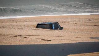 Παράξενο αξιοθέατο: Ένα αυτοκίνητο θαμμένο στην άμμο στο Κανάλι της Πρέβεζας