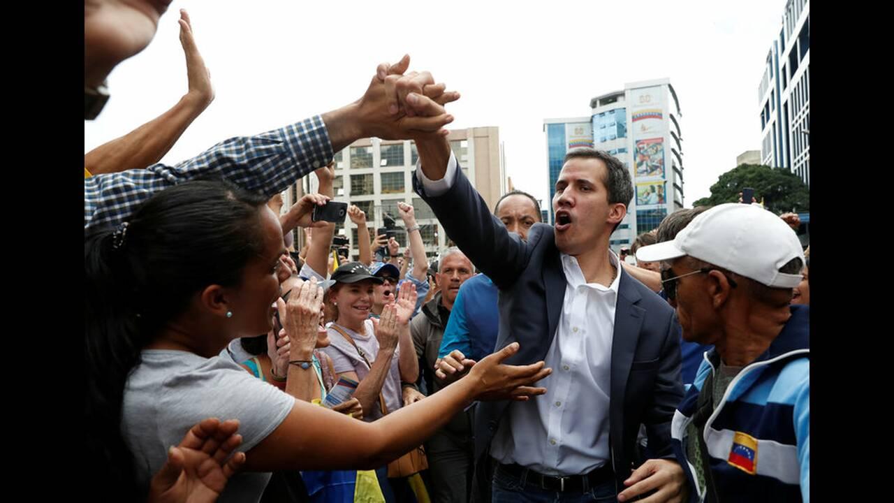 https://cdn.cnngreece.gr/media/news/2019/01/24/163163/photos/snapshot/2019-01-23T181812Z_1404820890_RC143DE99E30_RTRMADP_3_VENEZUELA-POLITICS.jpg