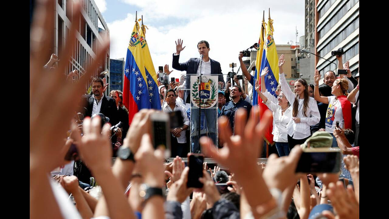 https://cdn.cnngreece.gr/media/news/2019/01/24/163163/photos/snapshot/2019-01-23T185716Z_1327041096_RC17D812BBB0_RTRMADP_3_VENEZUELA-POLITICS.jpg