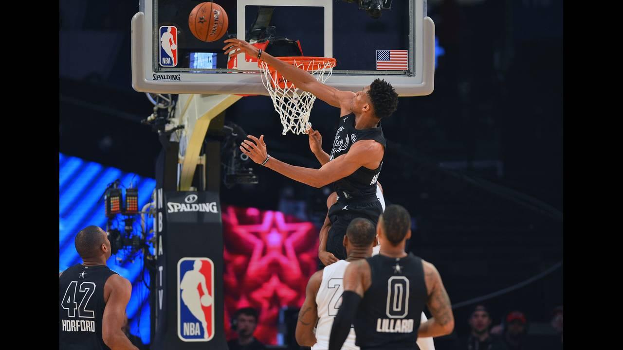 https://cdn.cnngreece.gr/media/news/2019/01/25/163217/photos/snapshot/2018-02-19T024051Z_1680657786_NOCID_RTRMADP_3_NBA-ALL-STAR-GAME-TEAM-LEBRON-AT-TEAM-STEPHEN.JPG