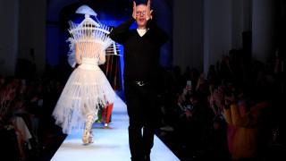 Ο Gaultier βγάζει στην πασαρέλα τη Ντίτα φον Τιζ και το Παρίσι υποκλίνεται