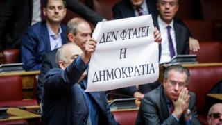Συμφωνία των Πρεσπών: Το πανό του Σαρίδη στη Βουλή