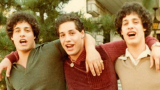 Τρίδυμα – «πειραματόζωα»: Τα χώρισαν στη γέννα, συναντήθηκαν τυχαία 20 χρόνια μετά