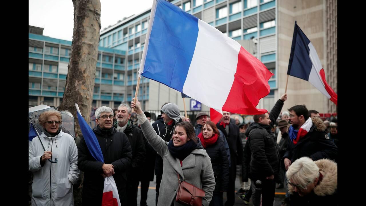 https://cdn.cnngreece.gr/media/news/2019/01/27/163490/photos/snapshot/2019-01-27T163854Z_2085453829_RC1DE4BD1F70_RTRMADP_3_FRANCE-PROTESTS-COUNTER-PROTEST.JPG