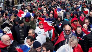 Γαλλία: Τα «κόκκινα φουλάρια» στους δρόμους κατά της βίας «κίτρινων γιλέκων»
