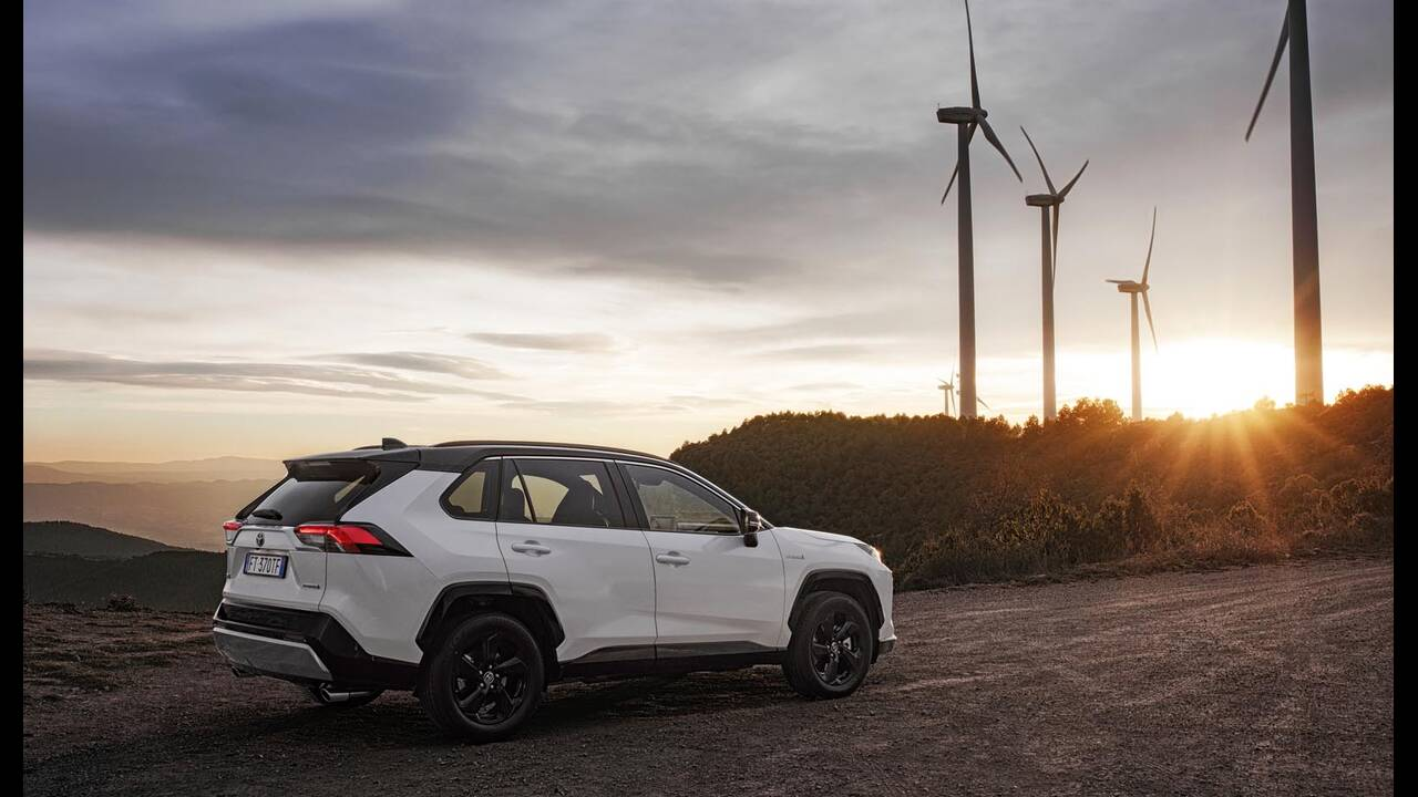 https://cdn.cnngreece.gr/media/news/2019/01/27/163491/photos/snapshot/TOYOTA-RAV4-2019-11.jpg