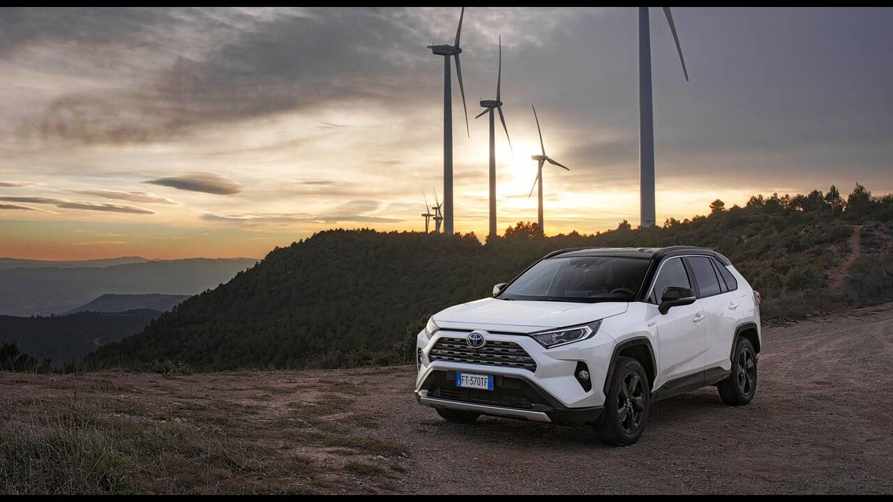 https://cdn.cnngreece.gr/media/news/2019/01/27/163491/photos/snapshot/TOYOTA-RAV4-2019-12.jpg