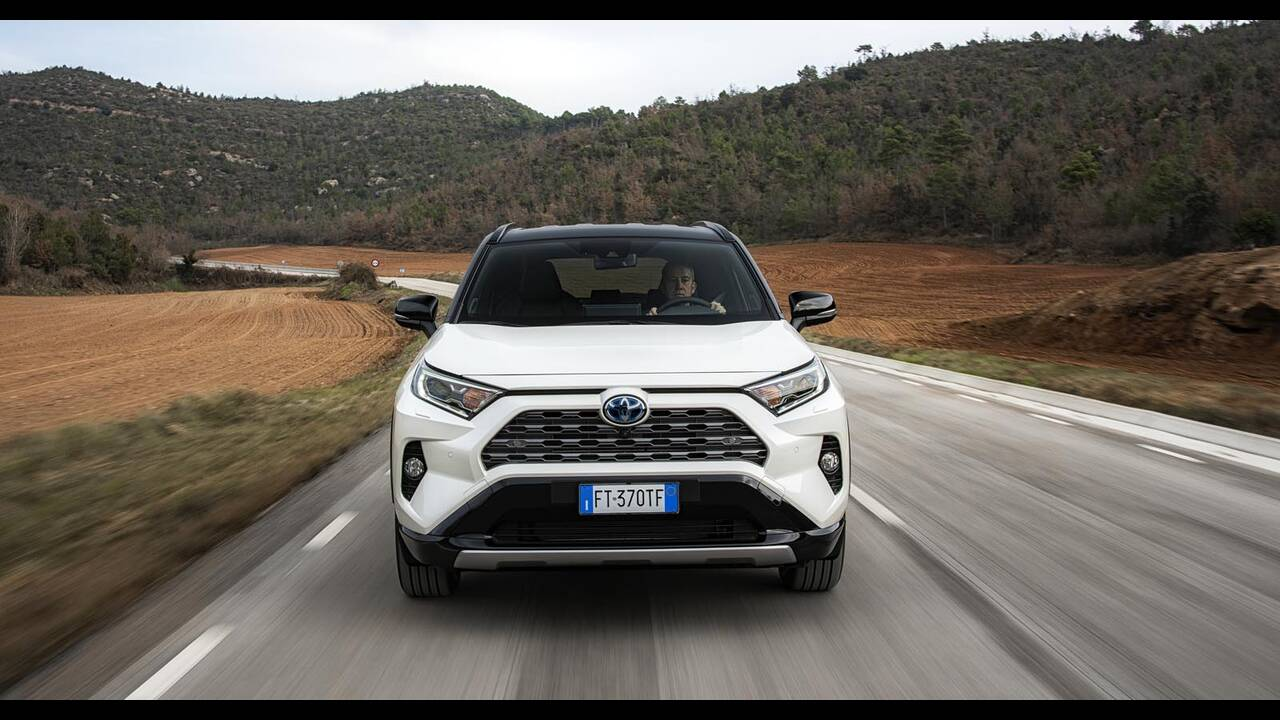 https://cdn.cnngreece.gr/media/news/2019/01/27/163491/photos/snapshot/TOYOTA-RAV4-2019-16.jpg