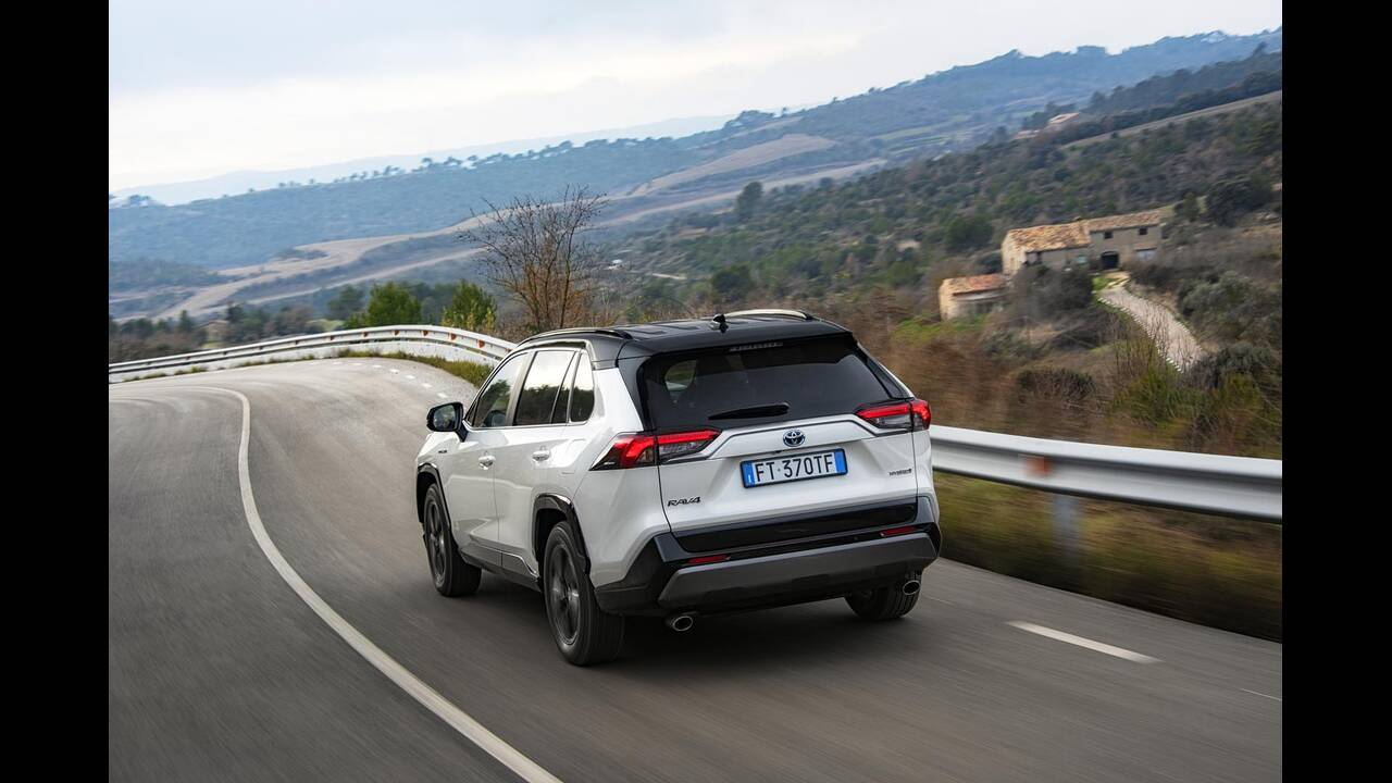 https://cdn.cnngreece.gr/media/news/2019/01/27/163491/photos/snapshot/TOYOTA-RAV4-2019-28.jpg