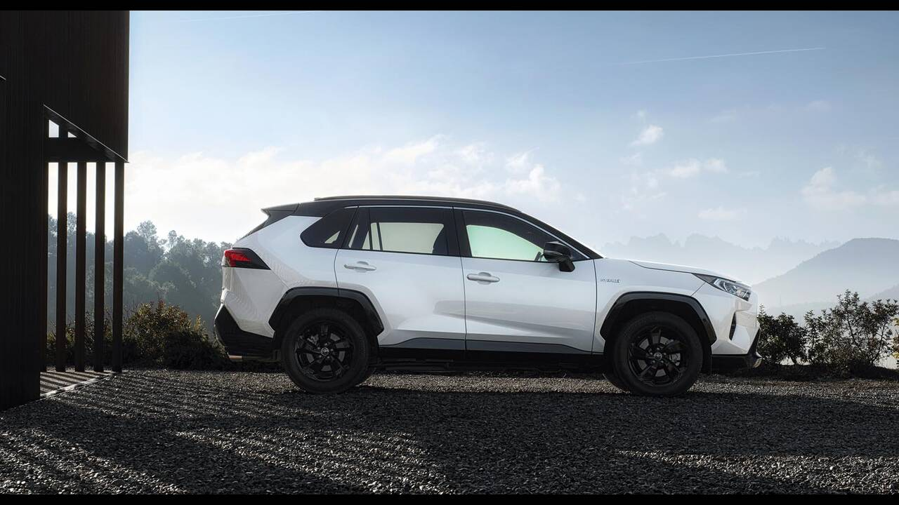 https://cdn.cnngreece.gr/media/news/2019/01/27/163491/photos/snapshot/TOYOTA-RAV4-2019-8.jpg