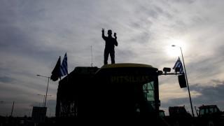 Ανυποχώρητοι οι αγρότες: Απέκλεισαν την Εθνική Οδό Αθηνών - Θεσσαλονίκης