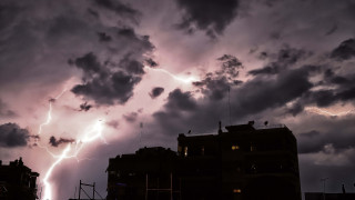 Εκπληκτικές εικόνες από «κόκκινη» καταιγίδα στη Σάμο