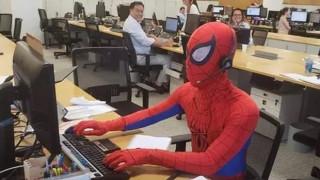 Τραπεζικός υπάλληλος πήγε για τελευταία φορά στη δουλειά ντυμένος... Spiderman