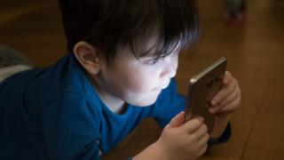 Νέα έρευνα προειδοποιεί: Οι οθόνες προκαλούν καθυστέρηση στην ανάπτυξη των νηπίων