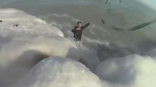 Αγωνιώδης διάσωση άνδρα που έπεσε σε παγωμένη λίμνη για να σώσει το σκύλο του