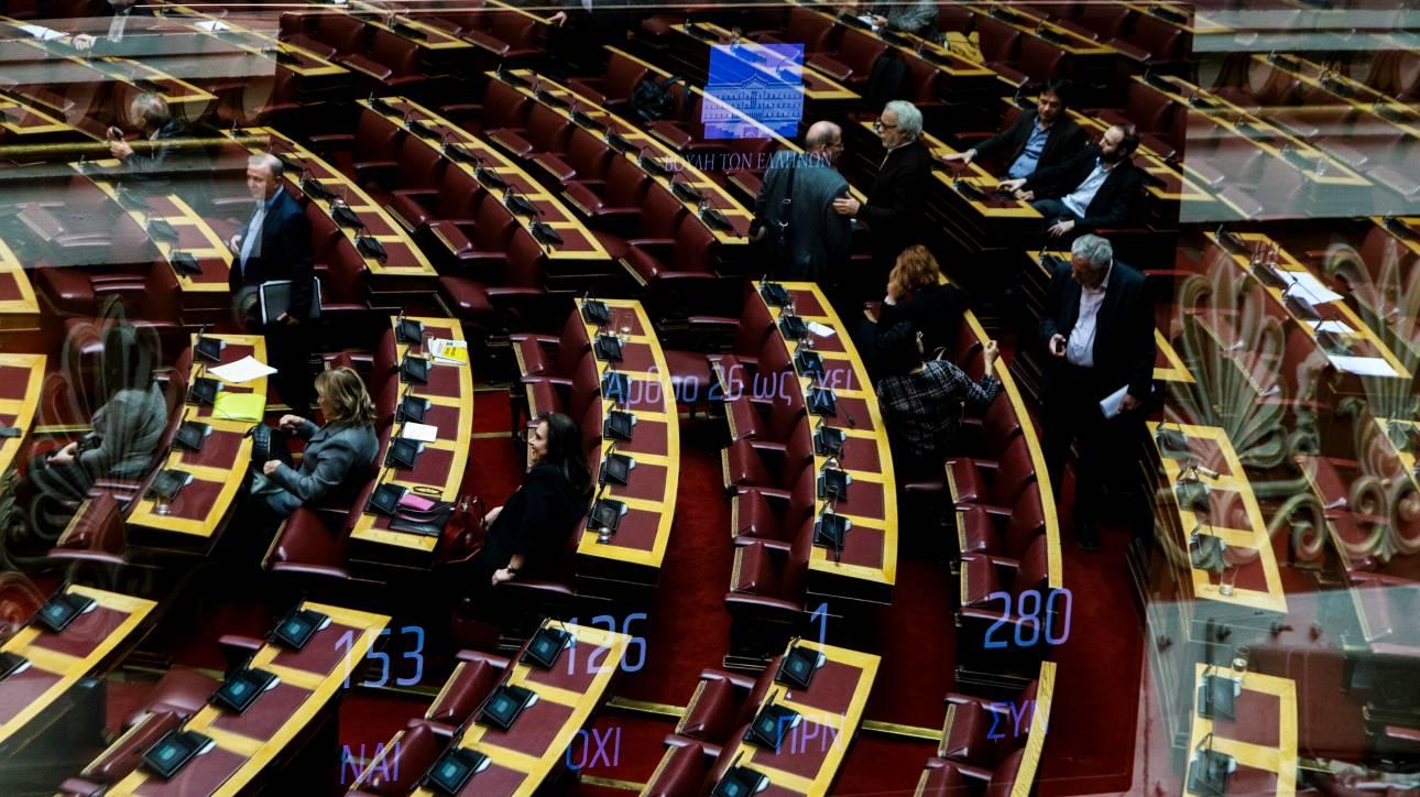 Ένταση στη Βουλή για την ονομαστική ψηφοφορία - Στο κυνήγι της δεδηλωμένης η κυβέρνηση
