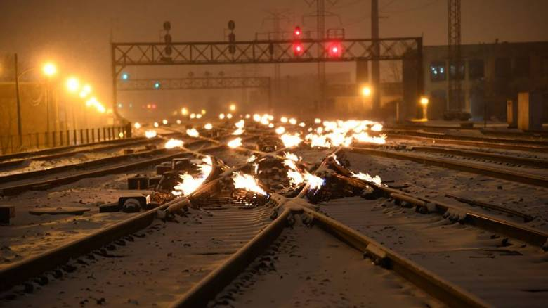 Γιατί στο Σικάγο βάζουν φωτιά στις ράγες των τρένων;