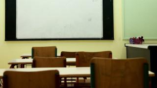 Μεσαίωνας: Μαθήτρια στην Αγριά διάβαζε στο πεζοδρόμιο γιατί έκοψαν το ρεύμα στο σπίτι της