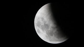 Νέες... αποκαλύψεις για τη «σκοτεινή» πλευρά της Σελήνης