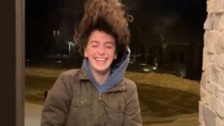 «Κόκαλο» τα μαλλιά της από το πολικό ψύχος: Οι Αμερικανοί δεν χάνουν το χιούμορ τους
