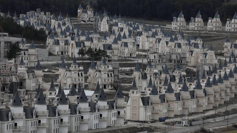 «Σκοτεινό παραμύθι»: Ξαναχτίζεται ο οικισμός με τα ερειπωμένα μίνι κάστρα στην Τουρκία