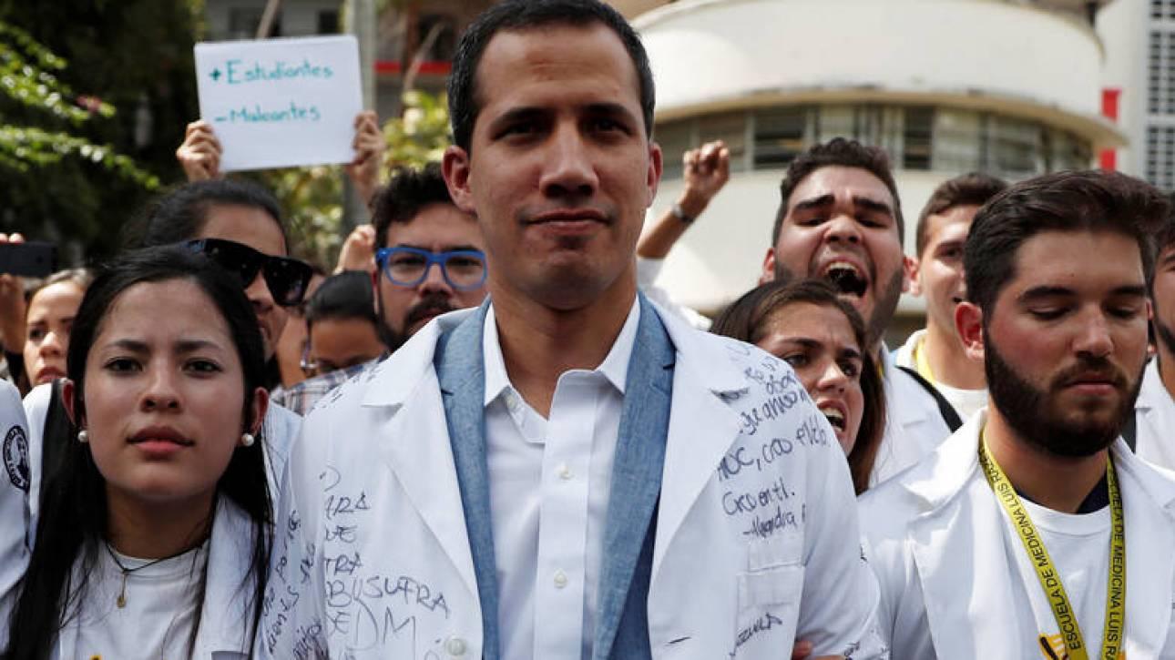 Βενεζουέλα: Προϋπόθεση διαπραγματεύσεων για τον Γκουαϊδό η αποχώρηση Μαδούρο από την εξουσία
