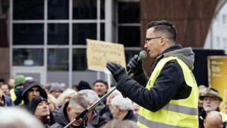 Γιάννης Σάκαρος: Ο 26χρονος Έλληνας - ηγέτης των Κίτρινων Γιλέκων στη Γερμανία