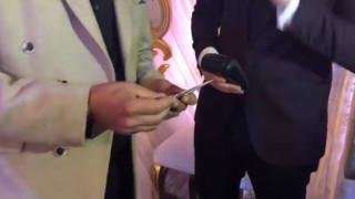 Ζευγάρι στα κατεχόμενα δέχεται «φακελάκι» στο γάμο και με... πιστωτική κάρτα
