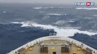 Εντυπωσιακό βίντεο: Η «μάχη» ελληνικού πλοίου με τα κύματα στη θάλασσα της Αδριατικής