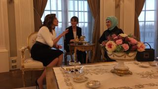 Τσάι με την Εμινέ Ερντογάν και ξενάγηση στο Λευκό Παλάτι για την Μπέτυ Μπαζιάνα