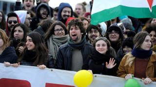 Ιταλία: Το συγκινητικό βίντεο των Ναπολιτάνων που ανοίγουν την αγκαλιά τους στους μετανάστες