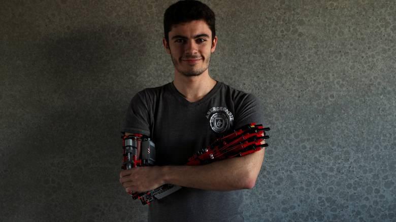 «Τίποτα δεν είναι αδύνατο»: Ο φοιτητής που δημιούργησε προσθετικό χέρι από Lego
