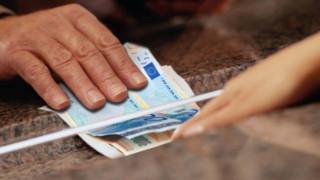 Πότε η εφορία θα «ξεκλειδώνει» δεσμευμένους τραπεζικούς λογαριασμούς