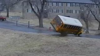 Κάνσας: Τρομακτικό βίντεο καταγράφει την ανατροπή σχολικού λεωφορείου λόγω παγετού