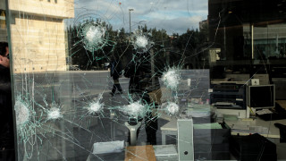 Επίθεση με σφυριά στο κτήριο της Εθνικής Ασφαλιστικής στη Συγγρού