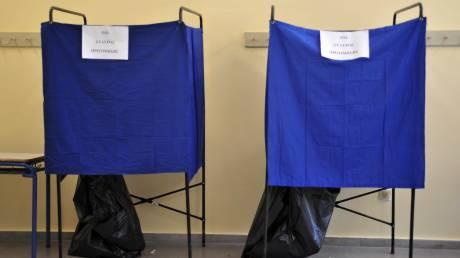 Τι απαντά το ΥΠΕΣ για τη «χρυσή» παραγγελία παραβάν εκλογών από συνεργάτη της Χρυσοβελώνη