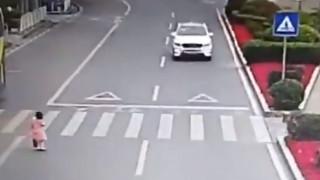 Γιατί ένα κοριτσάκι που διέσχισε δρόμο της Κίνας έγινε viral