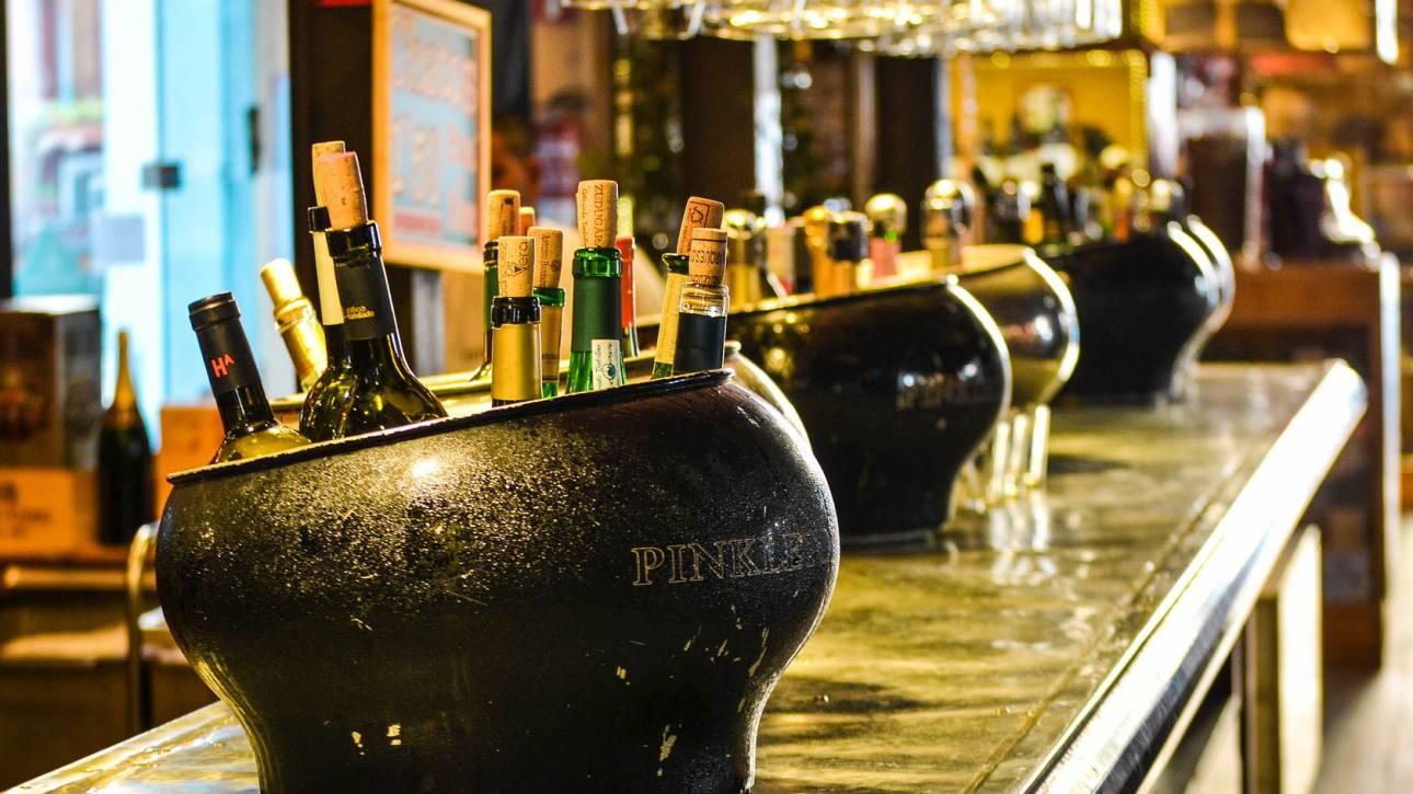 Ινδία: Τουλάχιστον 104 νεκροί από κατανάλωση νοθευμένου αλκοόλ
