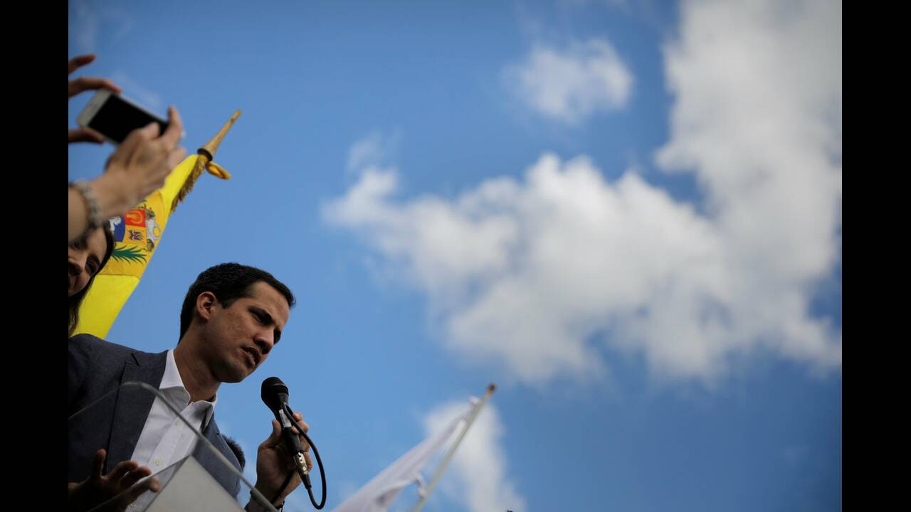 https://cdn.cnngreece.gr/media/news/2019/02/11/165360/photos/snapshot/2019-01-26T172302Z_1516104157_RC19E8CA1030_RTRMADP_3_VENEZUELA-POLITICS-GUAIDO.jpg